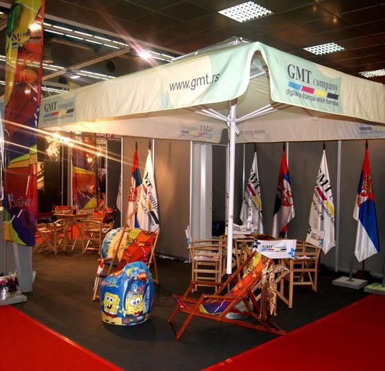 GMT Company na sajmu, sa izlozenim suncobranom, zastavama, beach flag i lazy bag-om.