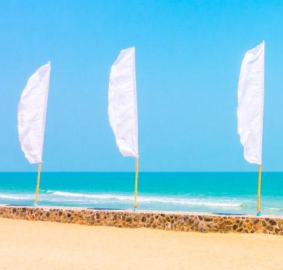 Beach flags na plaži.